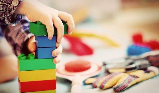 幼児~3歳までの子育てで子供が喜んだおすすめのオモチャ一覧を紹介します。アンパンマン、お絵かきセット、シルバニアファミリーは鉄板