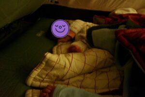 テントで寝る子どもたち